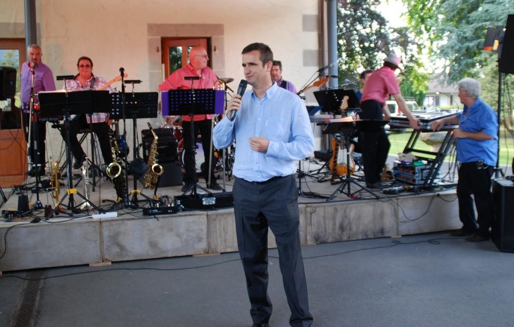 Le maire Antoine Vielliard a tenu son discours devant l'orchestre ''Aube'' d'Arenthon qui a animé cette soirée conviviale autour de reprises pop-rock, chansons françaises et jazz