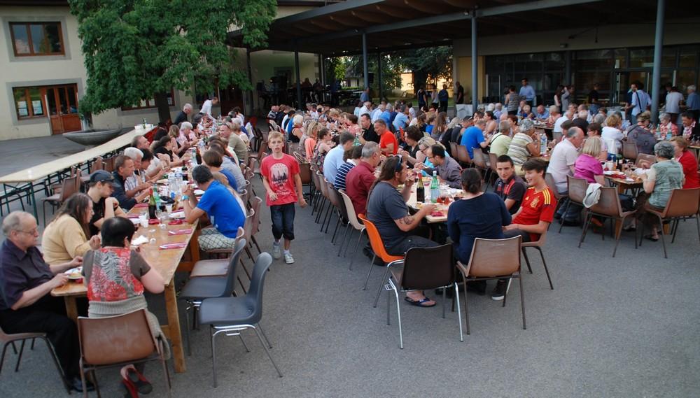 Juste avant la soirée dansante, 200 convives ont pu déguster le buffet spécialement préparé pour l'occasion par M. Christian Tillier.